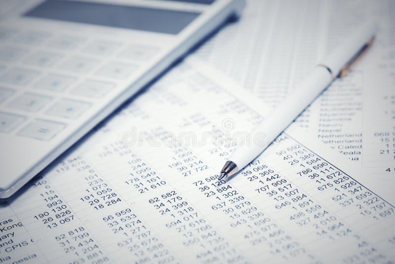 Penna och räknemaskin för finansiell redovisning arkivfoto