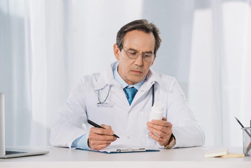 penna och se för doktor hållande royaltyfri foto