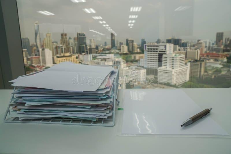 Penna på affärsdokument med bunten av rapporten för verifikation och godkännande arkivfoto