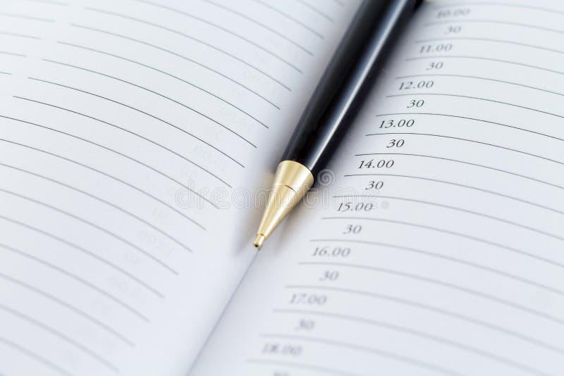 Penna på dagbokdagordningregistret arkivfoton