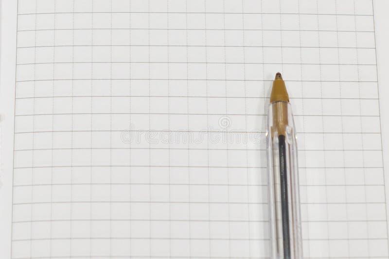 Penna på ett vitt ark av papper i burslutet upp arkivbild