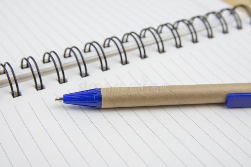 Penna på ett vitt ark Makrobild med grunt djup av fokusen royaltyfri bild