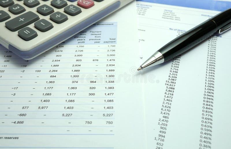 Penna på finansiella dokument med räknemaskinen royaltyfri bild