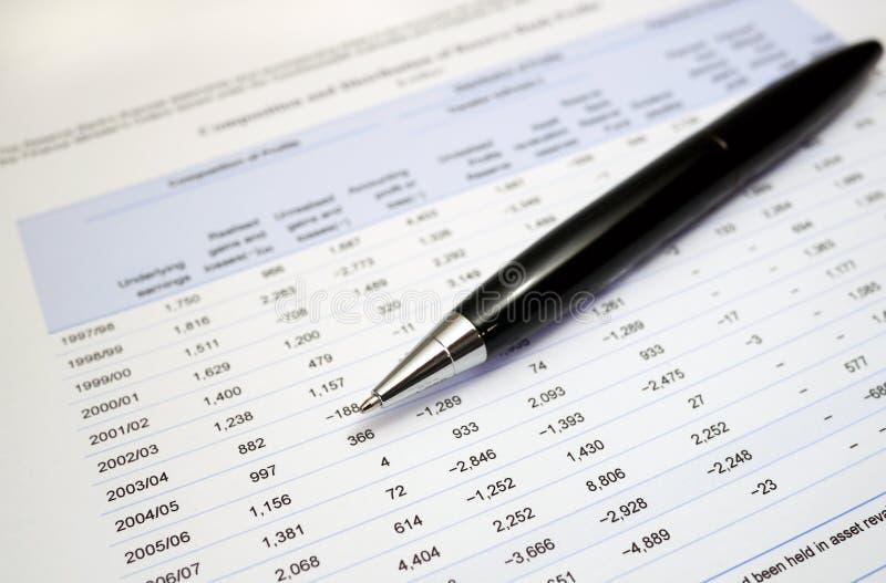 Penna på finansiella nummer arkivbild