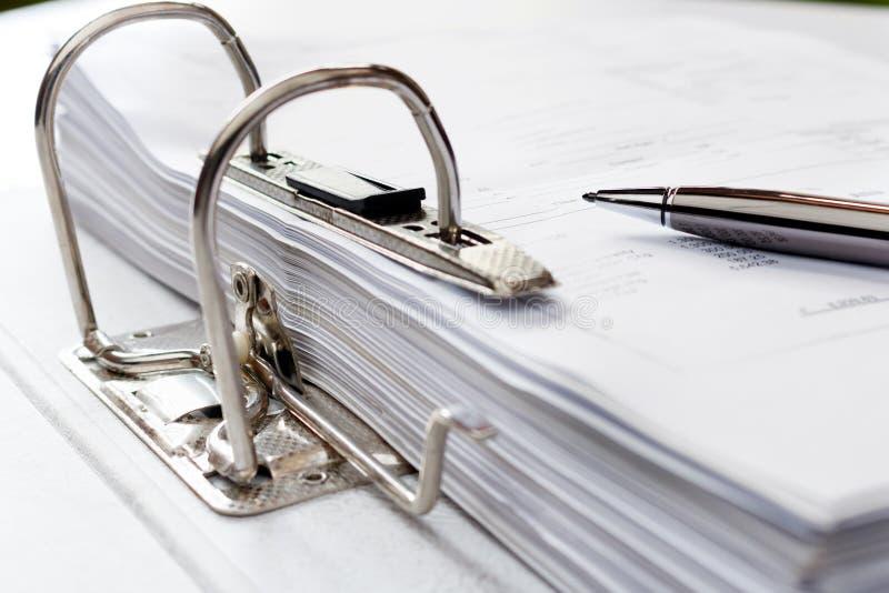 Penna på mappmappen med dokument, lagring av avtal Selecti royaltyfri foto