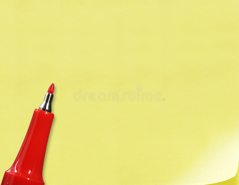 Penna rossa su documento giallo fotografie stock libere da diritti