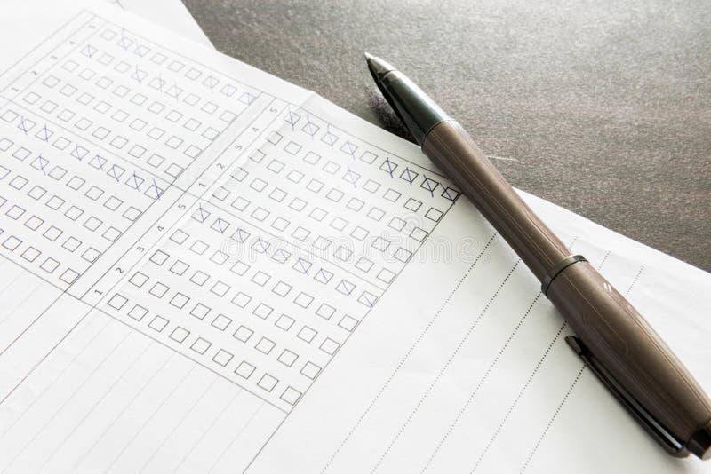 Penna som kontrollerar ett dokument arkivfoton