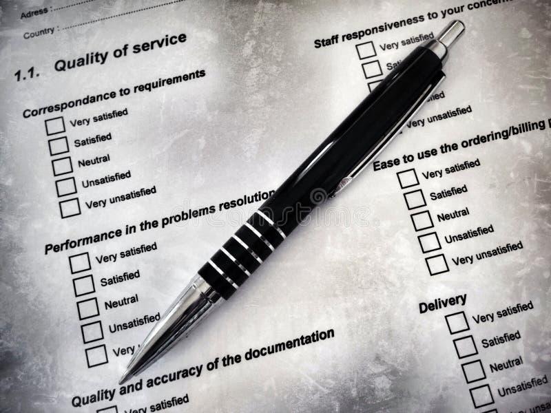 Penna som lägger på en form för kundtillfredsställelse royaltyfri illustrationer