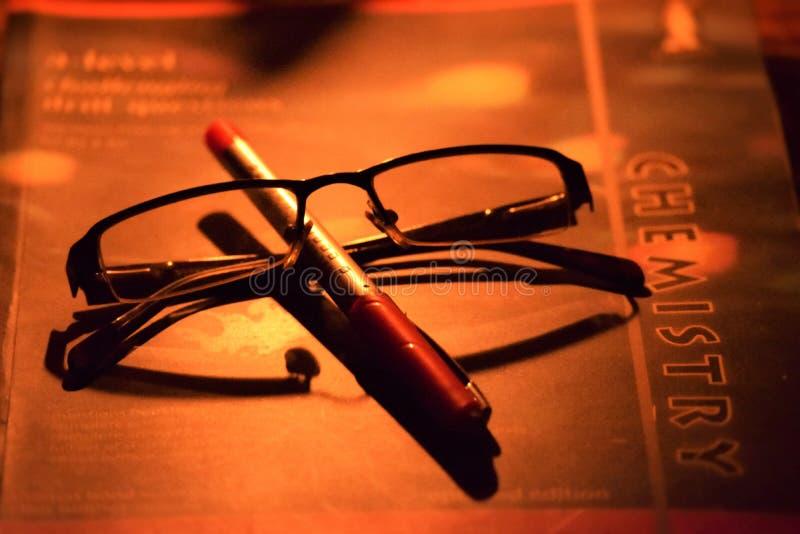 Penna, spec. e libro immagini stock