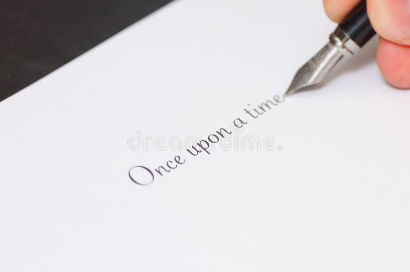 Penna stilografica che scrive le parole immagine stock