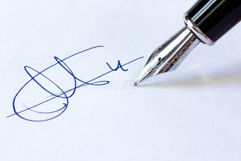Penna stilografica e firma immagine stock