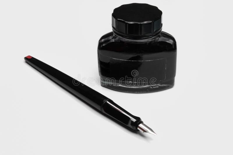 Penna stilografica moderna con la ricarica nera dell'inchiostro immagini stock libere da diritti