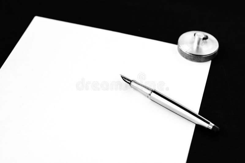 Penna su documento immagine stock libera da diritti