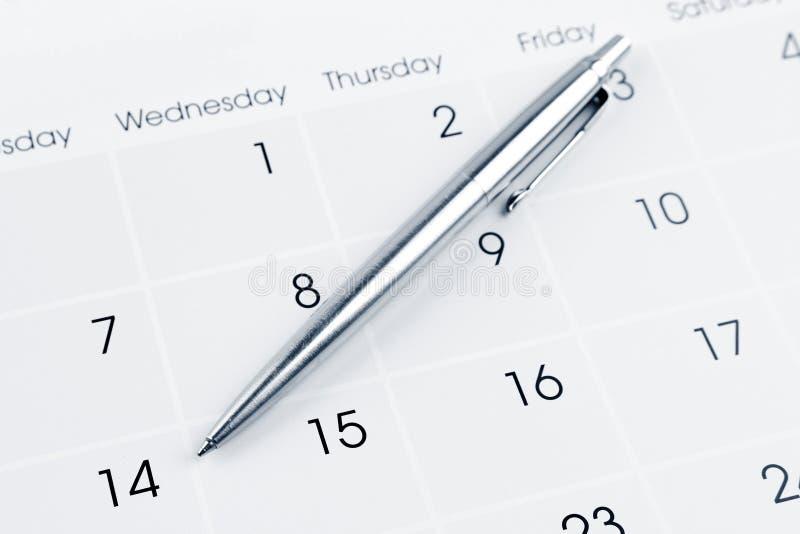 Penna sul calendario immagini stock