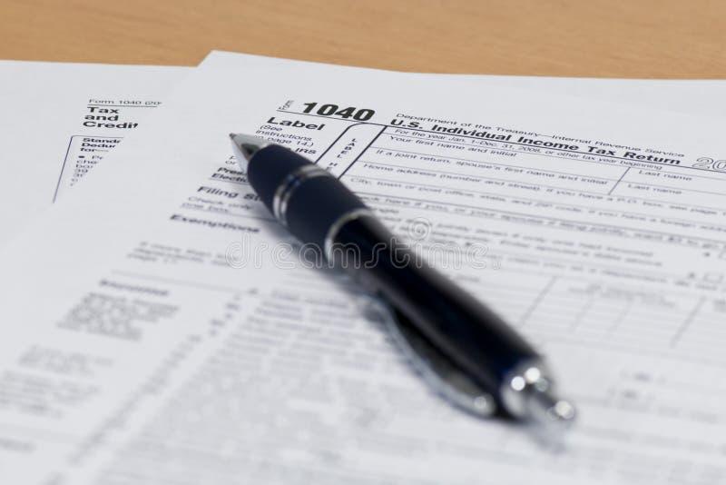 Penna sul modulo di imposta 1040 fotografie stock