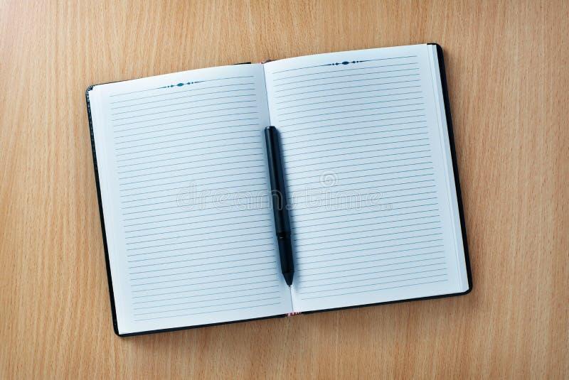 Penna in un ordine del giorno aperto o taccuino con le pagine in bianco fotografie stock libere da diritti