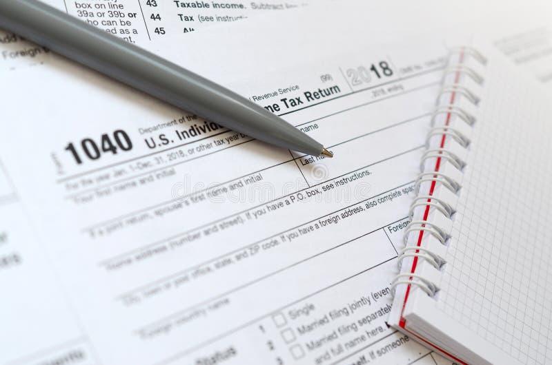 Pennan och anteckningsboken är lögner på skattformen U 1040 S Individua royaltyfri fotografi