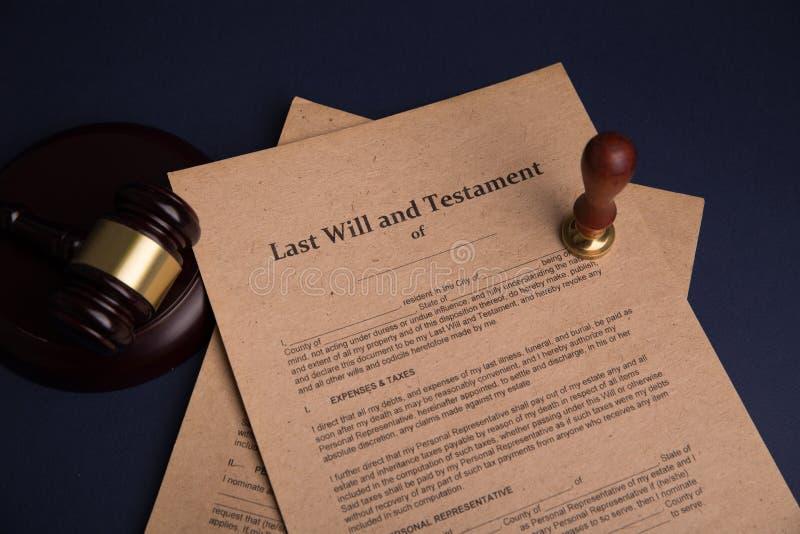 Pennan och st?mpeln f?r notarius publicu` s ska g?ra det den offentliga p? testament och sisten Notarius publicu arkivfoto