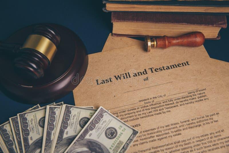 Pennan och st?mpeln f?r notarius publicu` s ska g?ra det den offentliga p? testament och sisten Notarius publicu royaltyfri fotografi