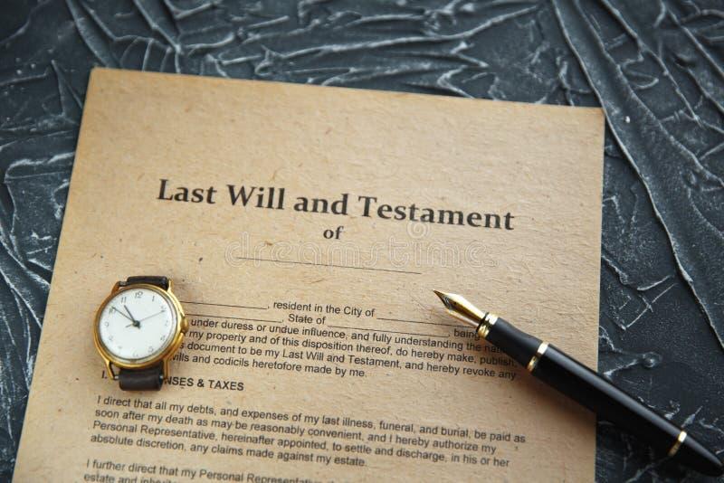 Pennan och st?mpeln f?r notarius publicu` s ska g?ra det den offentliga p? testament och sisten Notarius publicu fotografering för bildbyråer