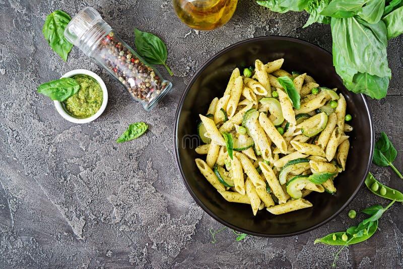 Penne面团用pesto调味汁、夏南瓜、绿豆和蓬蒿 库存照片