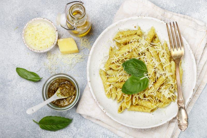 Penne面团用pesto调味汁、帕尔马干酪、橄榄油和蓬蒿 免版税库存图片