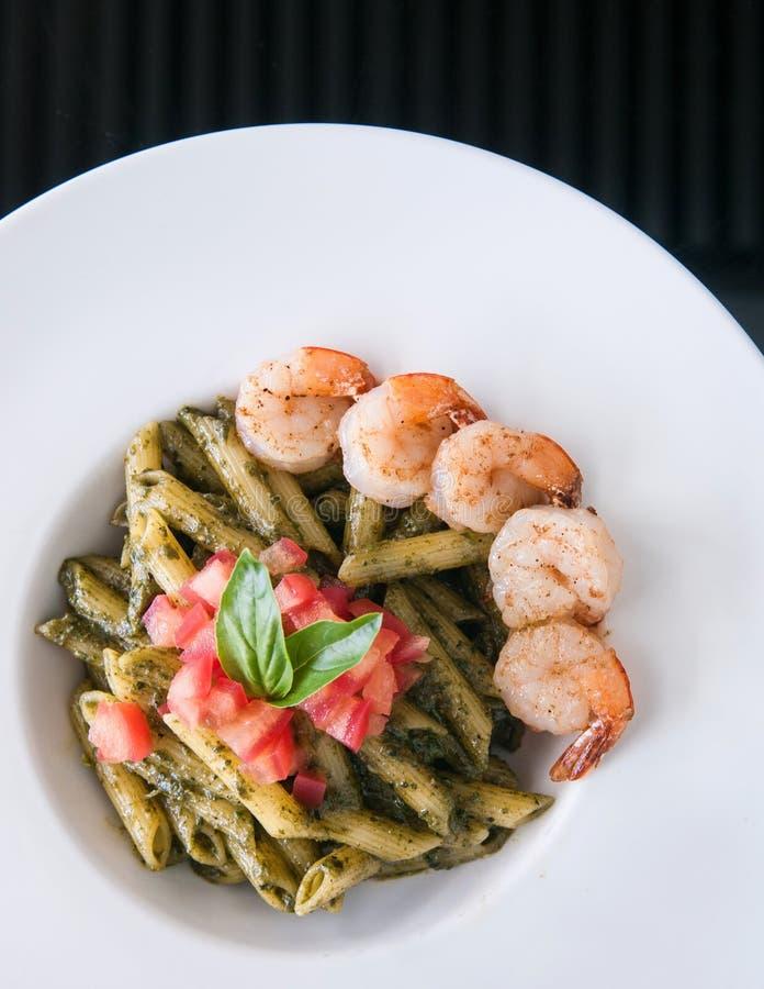 Penne面团用Pesto调味汁,虾蕃茄 carpaccio烹调非常好的食物意大利生活方式豪华 T 库存图片