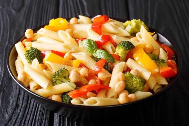 penne面团素食菜单用鸡豆,菜,草本 免版税图库摄影
