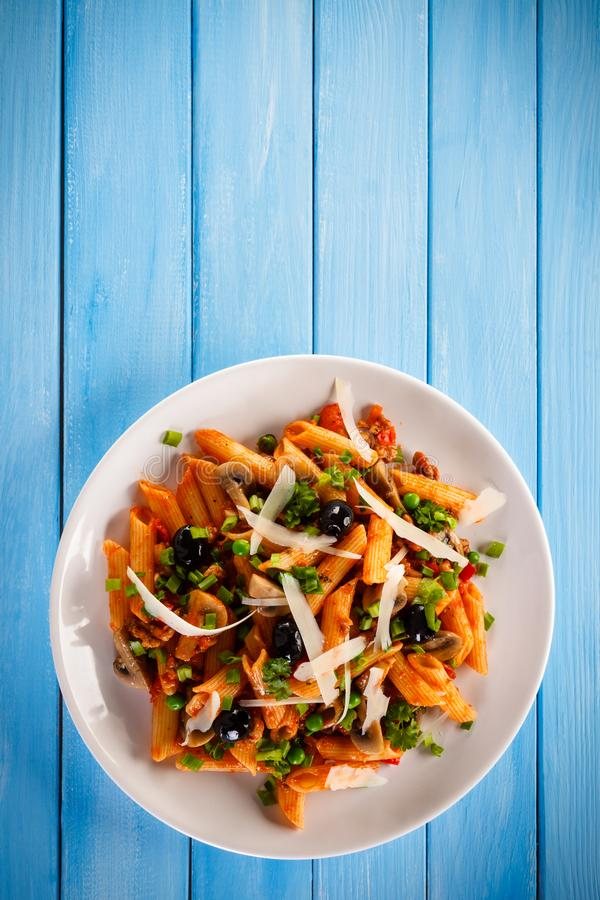 Penne με το κρέας, τη σάλτσα ντοματών και τα λαχανικά στοκ φωτογραφία με δικαίωμα ελεύθερης χρήσης