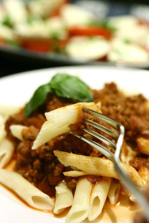 Penne avec de la sauce à viande de tomate images libres de droits