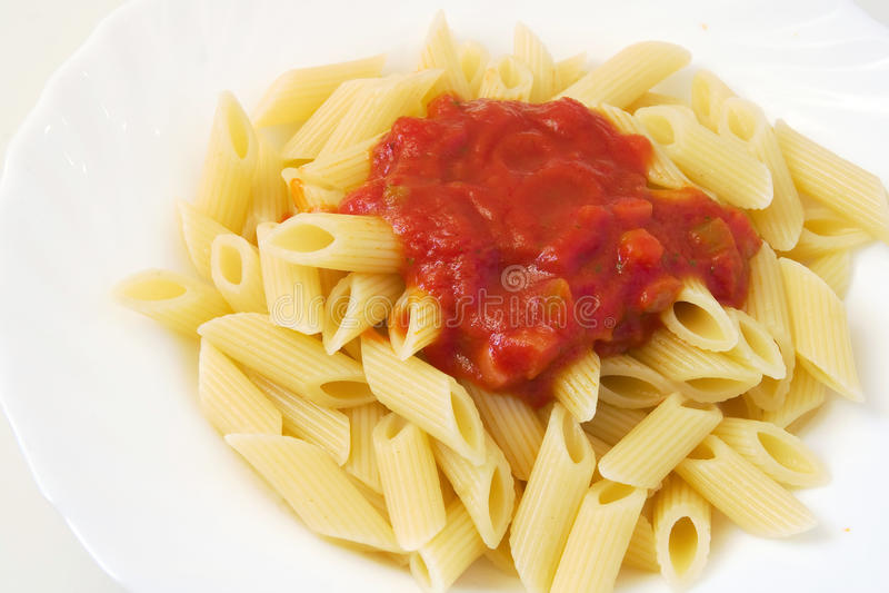 Penne avec la sauce tomate photos libres de droits