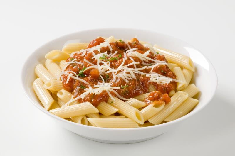 Penne avec la sauce tomate et le fromage photos stock
