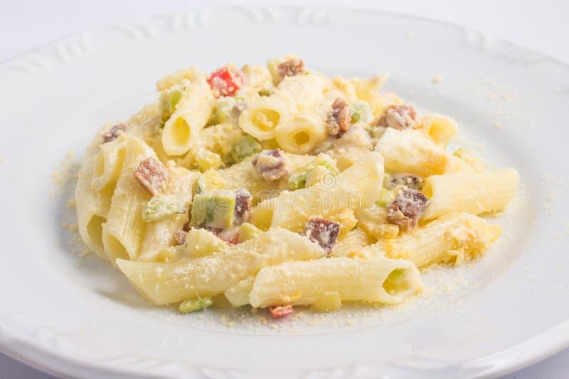 Penne Carbonara Pasta con lo zucchini immagine stock libera da diritti
