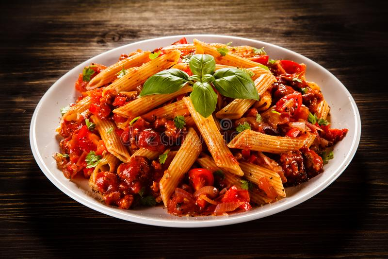 Penne com carne, molho de tomate e vegetais imagem de stock