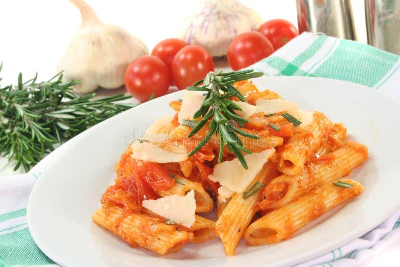 Penne con la salsa ed il parmigiano di pomodori fotografie stock