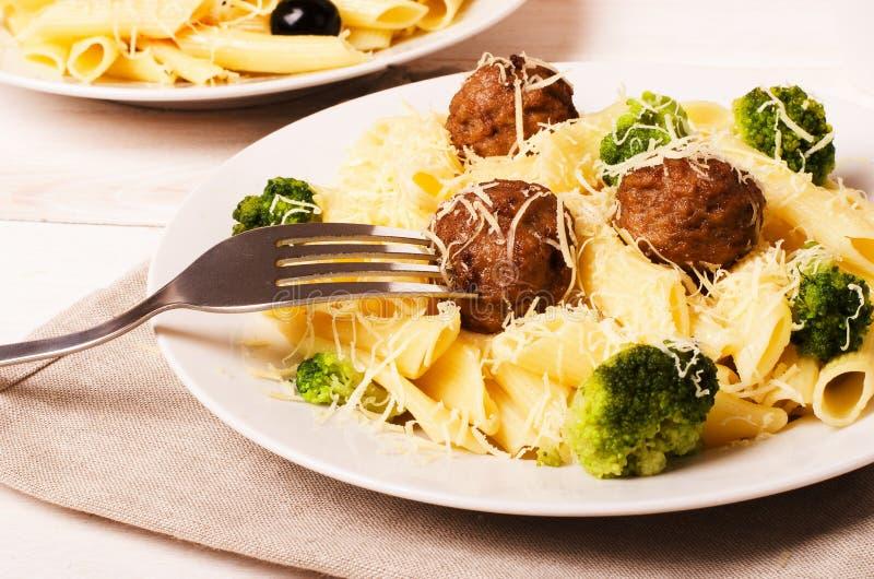 Penne della pasta con le polpette ed i broccoli fotografia stock