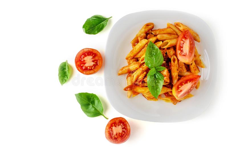 Penne della pasta con salsa bolognese su fondo bianco isolato fotografia stock