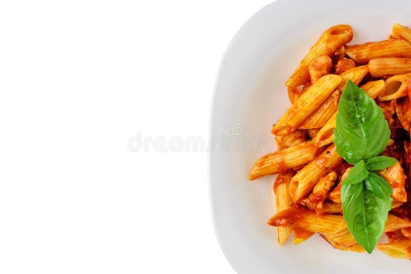 Penne della pasta con salsa bolognese su fondo bianco isolato Copi lo spazio fotografia stock libera da diritti