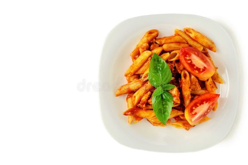 Penne della pasta con salsa bolognese su fondo bianco isolato Copi lo spazio fotografie stock