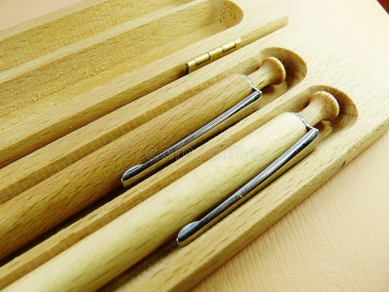 Penne di legno su fondo di legno immagini stock