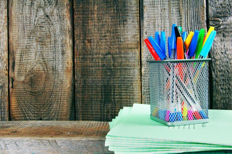 Penne e scrittura-libri su uno scaffale di legno immagine stock libera da diritti
