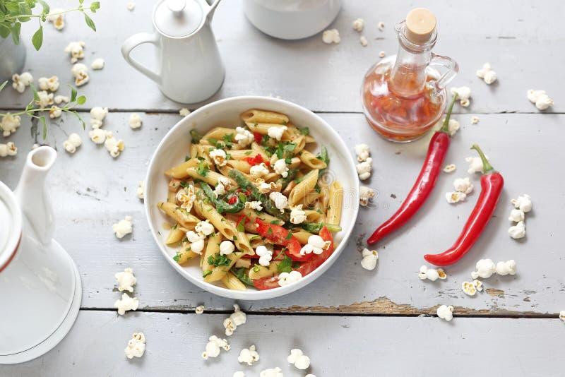 Penne makaron z asparagusem, uwędzonym tofu, chili pieprzami i minymi kukurydzanymi cebulami w dokrętka kumberlandzie, zdjęcia stock
