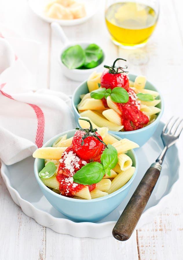 Penne met tomatensaus stock fotografie