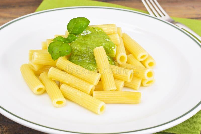Penne Pasta com Pesto e Basil Sauce fotografia de stock royalty free