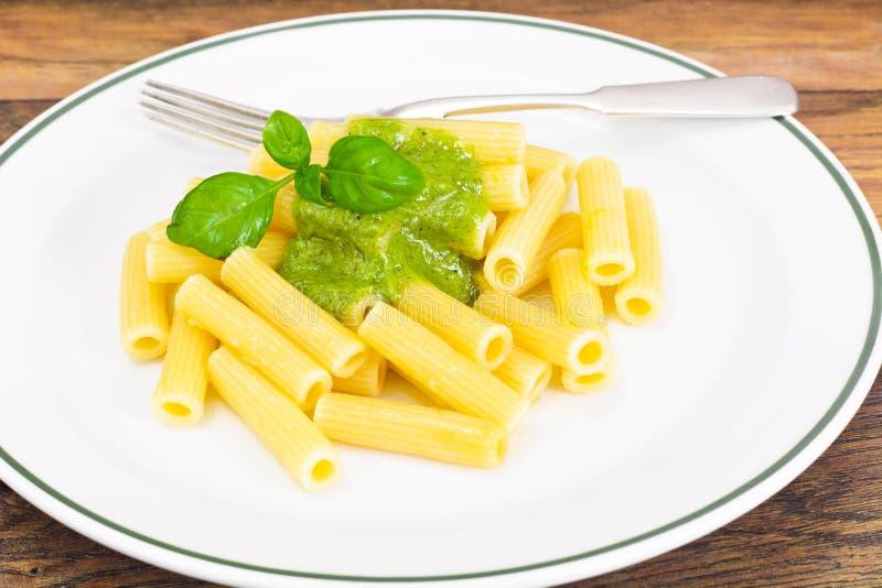 Penne Pasta com Pesto e Basil Sauce foto de stock royalty free