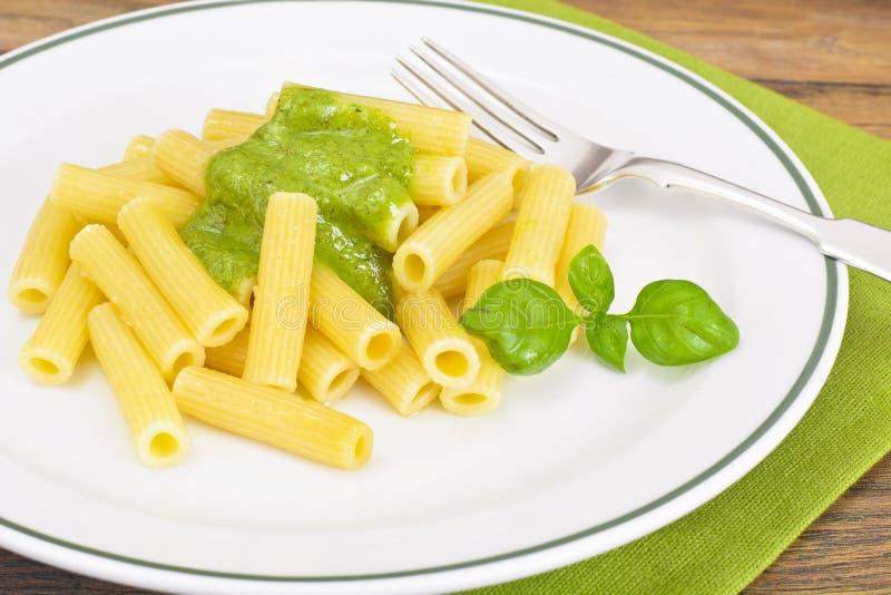 Penne Pasta com Pesto e Basil Sauce imagens de stock royalty free