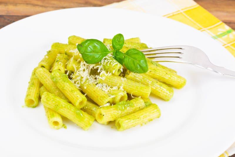 Penne Pasta com Pesto e Basil Sauce imagem de stock