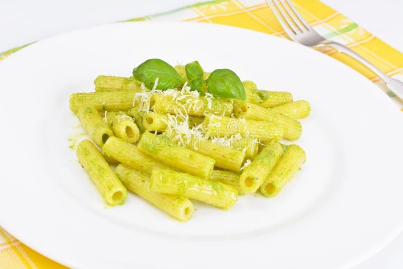 Penne Pasta com Pesto e Basil Sauce imagem de stock royalty free