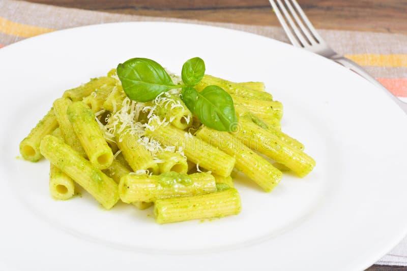 Penne Pasta com Pesto e Basil Sauce foto de stock