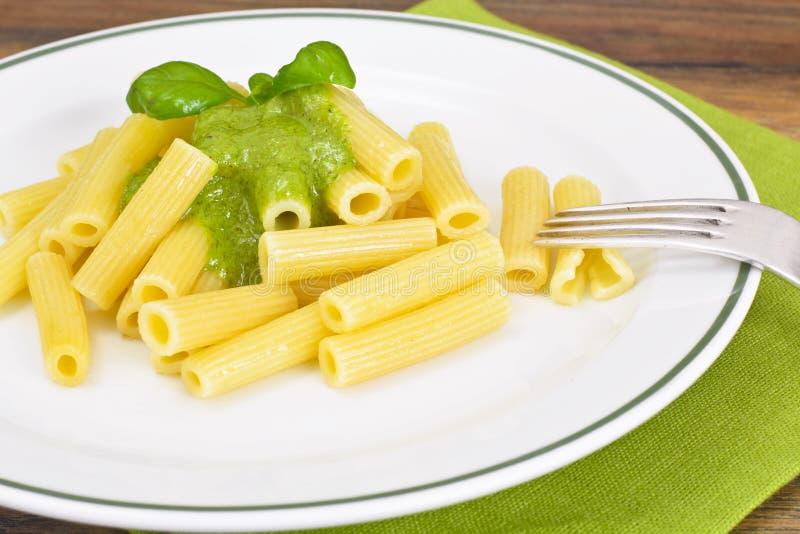 Penne Pasta com Pesto e Basil Sauce fotos de stock royalty free